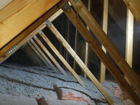 Ajout de cellulose sur la laine existante dans le grenier d'une maison en rénovation afin d'augmenter le confort et réduire la perte de chaleur