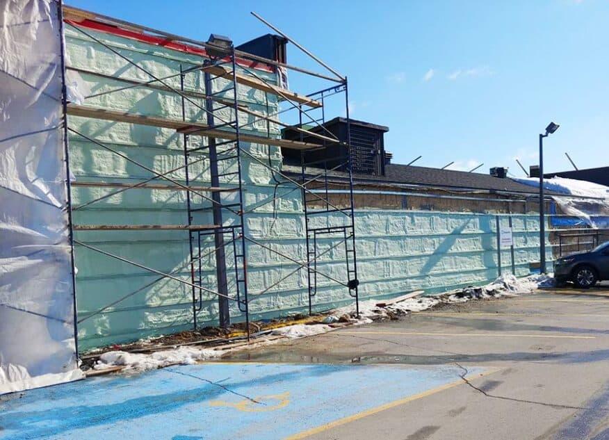 Bâtiment commercial centre d'achats isolation uréthane giclé par l'extérieur à Laval