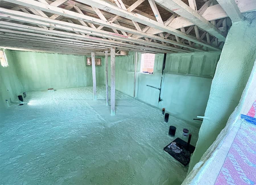 Isolation complète d'un sous-sol d'une maison neuve à l'uréthane giclé