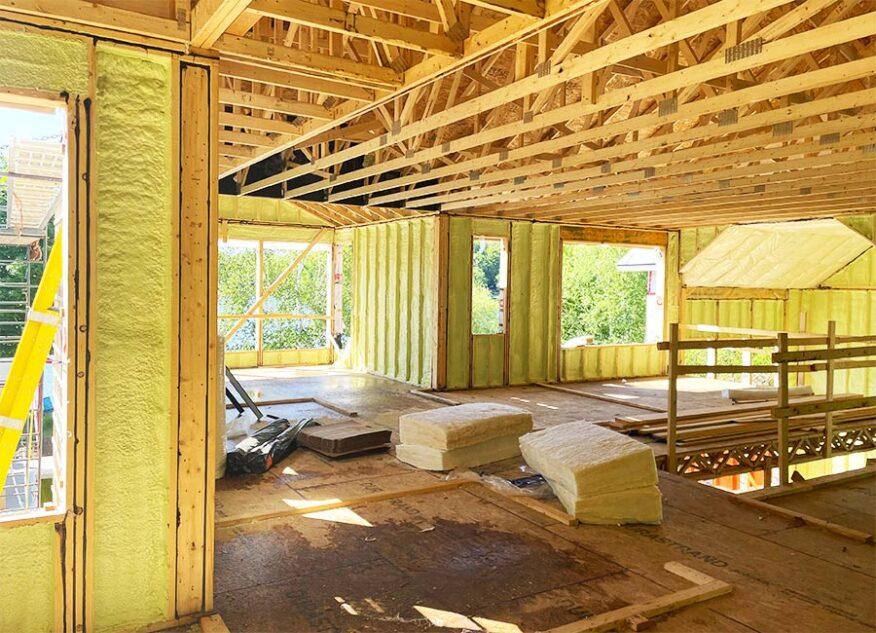 Isolation des murs à l'uréthane giclé d'une maison neuve